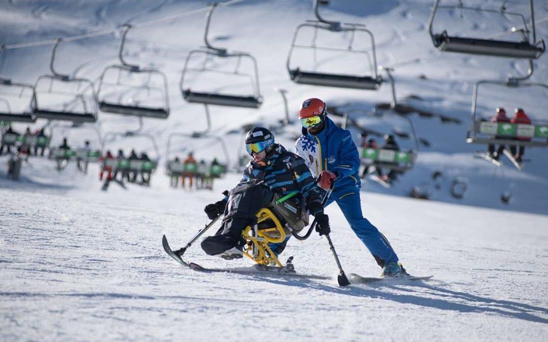 Doce personas con discapacidad aprenden a esquiar junto a Irene Villa en Sierra Nevada